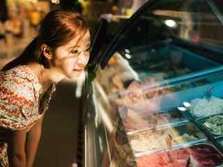 夏日气质美少女与冰激凌桌面壁纸