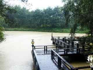 择天记场景图溪水湖畔朦胧细雨桌面壁纸