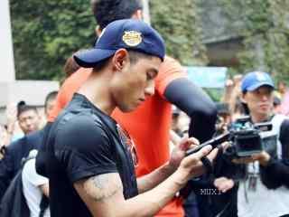 综艺节目看你往哪跑杭州站张继科低头玩手机桌面壁纸