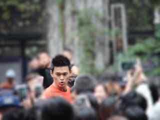 综艺节目看你往哪跑杭州站在人群中不忘卖萌的孙杨桌面壁纸