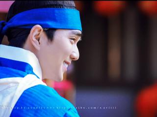 君主假面的主人俞承浩背影图