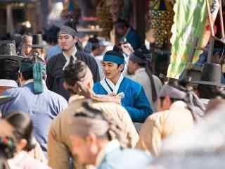 君主假面的主人之人群中的俞承浩