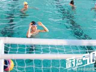 网剧蔚蓝50米泳池里的帅哥剧照