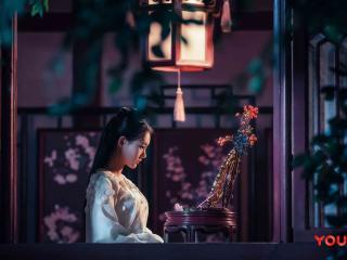 《媚者无疆》梳妆台前李一桐唯美剧照图片