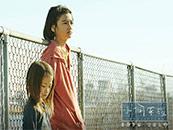 《小偷家族》哥哥祥太和妹妹由里温馨剧照图片