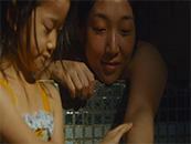 小偷家族妈妈柴田信代给由里洗澡电影截图