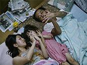 《小偷家族》爸爸妈妈陪百合睡前游戏剧照