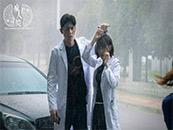 《疯人院》孟喃穆思凡雨中剧照图片