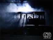 《疯人院》废弃公交车恐怖剧照图片