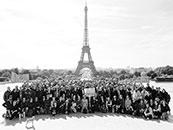 《碟中谍6:全面瓦解》剧组成员埃菲尔铁塔前高清合照