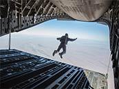 《碟中谍6:全面瓦解》阿汤哥跳出飞机惊险高清剧照图片