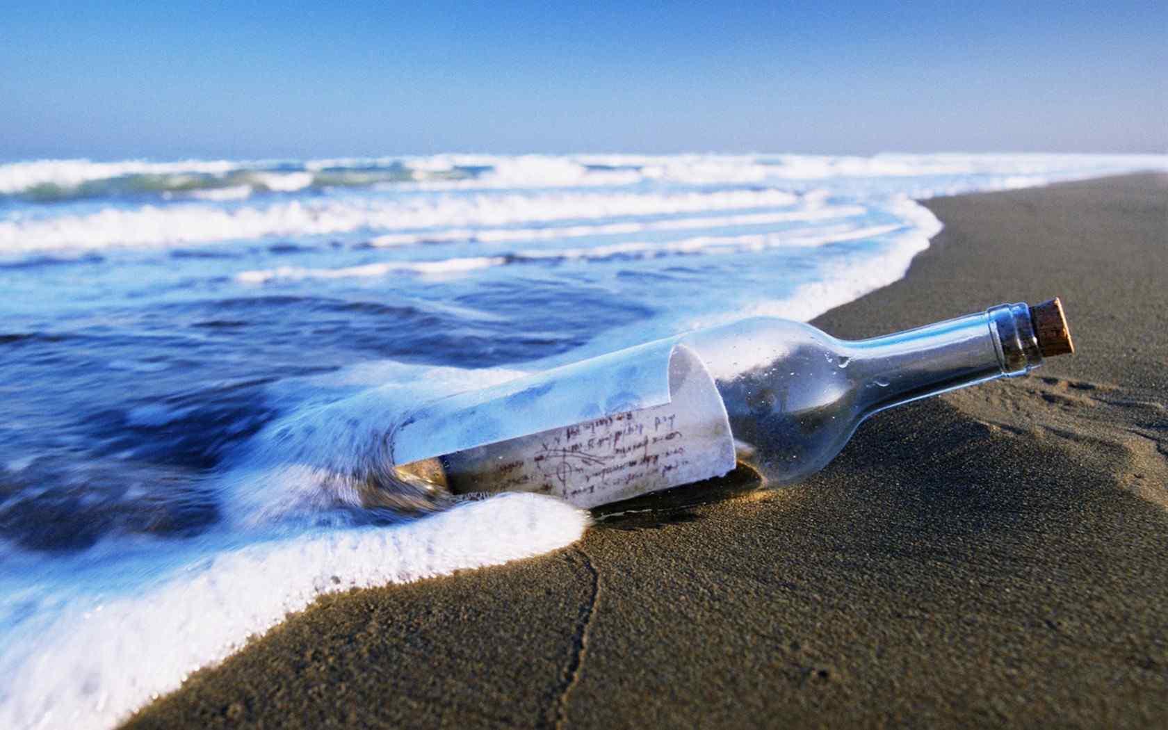 沙滩上的漂流瓶桌面壁纸