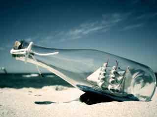 创意的船泊漂流瓶桌面壁纸