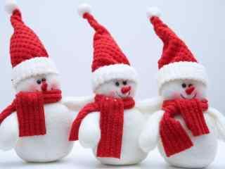 三只可爱的雪人玩偶桌面壁纸