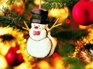 圣诞树上可爱的雪人玩偶桌面壁纸