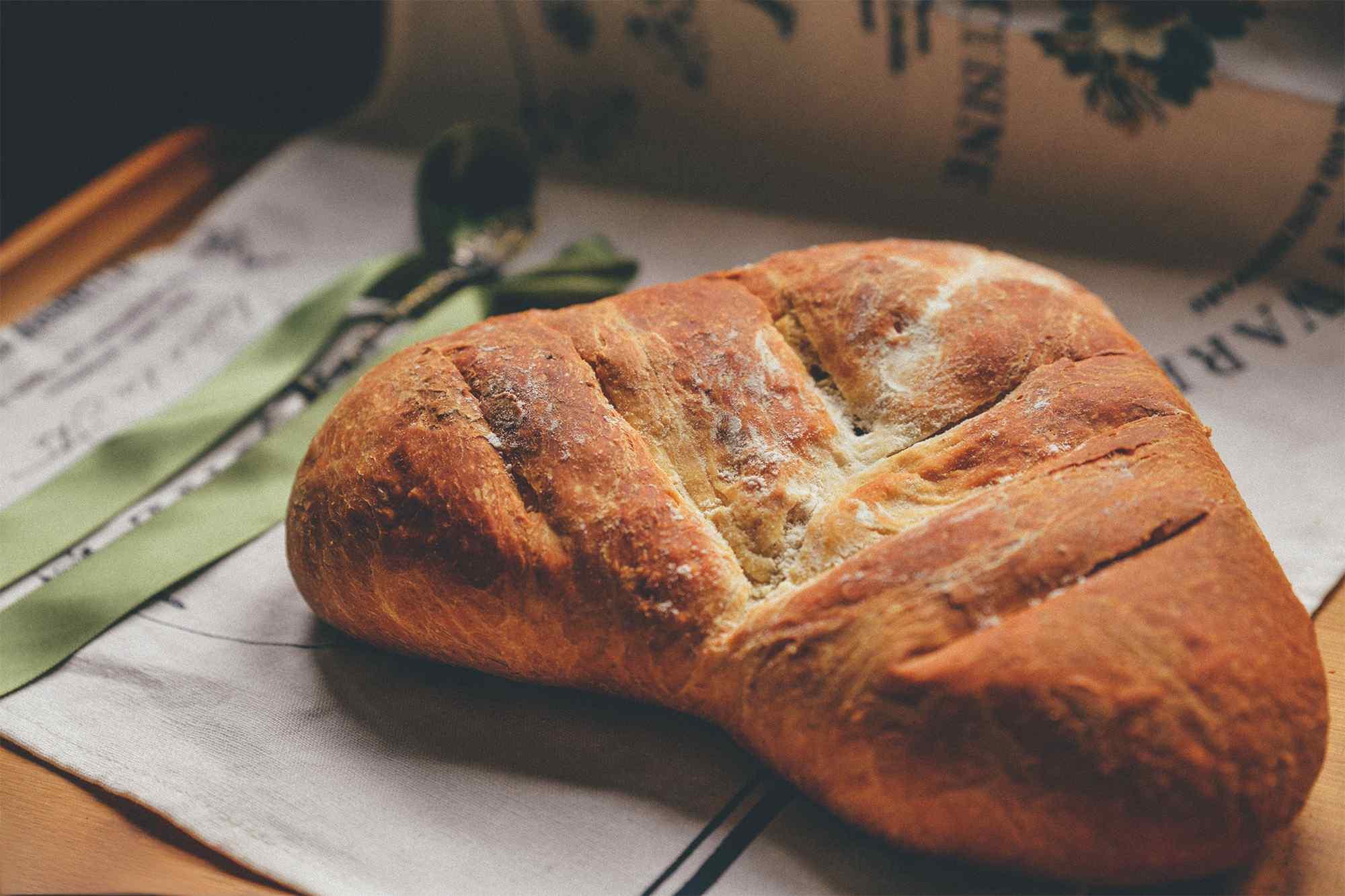 爱心形状的美味烤面包图片