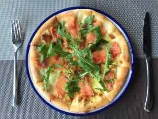 美味的三文鱼披萨图片