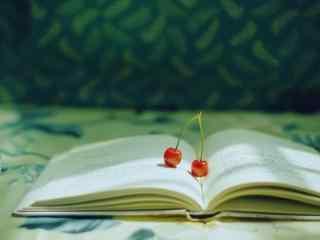 红色樱桃与书本唯美静物摆拍图片