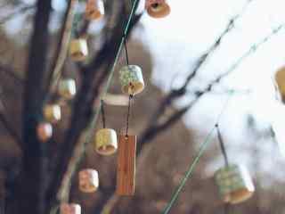 挂满树枝上的风铃桌面壁纸