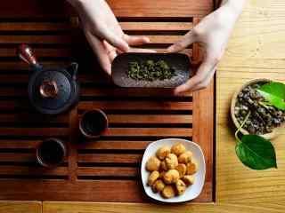 茶文化—一壶清茶一杯糕点桌面壁纸