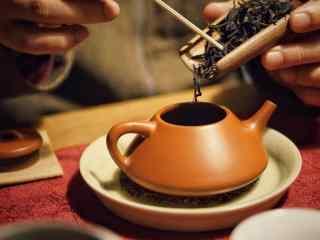 茶文化—茶叶倒入水壶中桌面壁纸