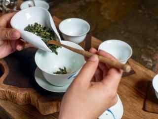 茶文化—西湖龙井茶放入壶中桌面壁纸
