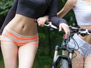 性感美女骑单车桌面壁纸
