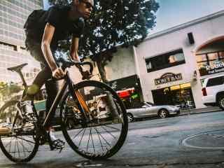 炫酷马路上骑行的山地单车桌面壁纸
