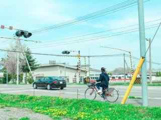 乡间小路上骑行的单车桌面壁纸