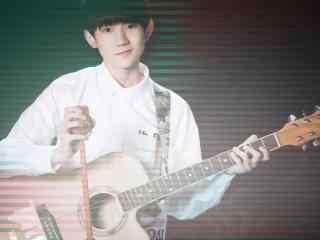 王源弹奏吉他唯美桌面壁纸