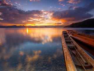 夕阳下的泸沽湖边