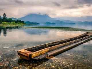 泸沽湖边的船舶高