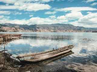 停在泸沽湖边的船