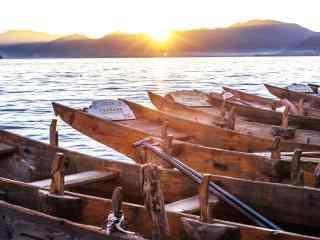 泸沽湖边的船舶唯