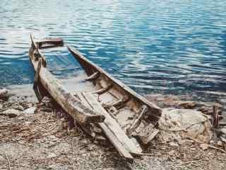 泸沽湖边的船舶复