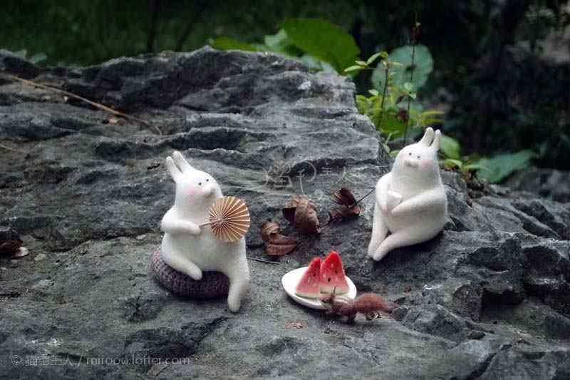 两只吃西瓜聊天的毛毡小兔子