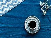 蓝色背景与咖啡超