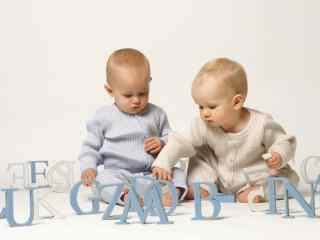 正在玩耍的可爱小宝宝桌面壁纸