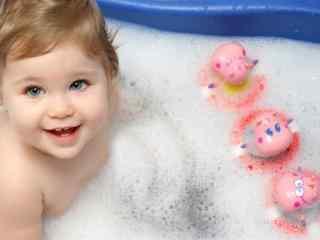 萌萌哒洗澡的小宝宝桌面壁纸