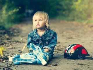 萌萌哒玩轮滑的可爱宝宝桌面壁纸