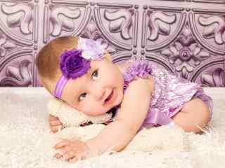 抱着可爱熊宝宝的小宝宝桌面壁纸