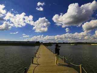 蓝天下的辽河风景桌面壁纸