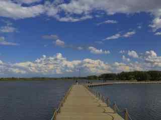 蔚蓝天空下的辽河风景壁纸
