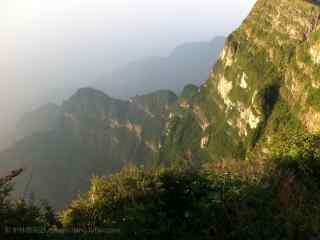 峨眉山的悬崖峭壁桌面壁纸