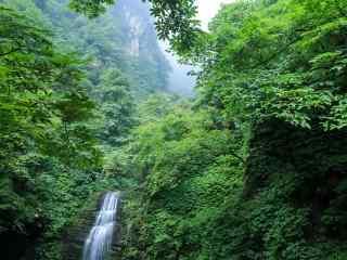 绿色护眼的峨眉山瀑布山水桌面壁纸