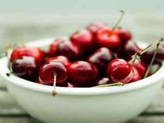 鲜艳的红樱桃装盘后拍摄高清桌面壁纸