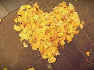 创意银杏叶爱心桌面壁纸