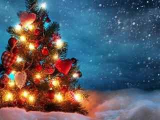 唯美的雪中圣诞树图片桌面壁纸