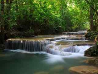 树林中潺潺溪水桌
