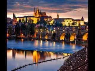 捷克布拉格傍晚夜景河岸倒影桌面壁纸
